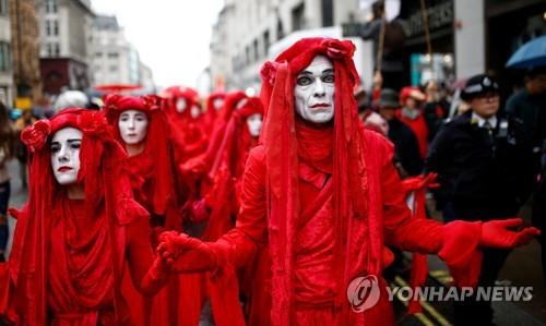 """""""기후변화 대응 나서라"""" 유럽 달군 '멸종저항' 점거 시위"""