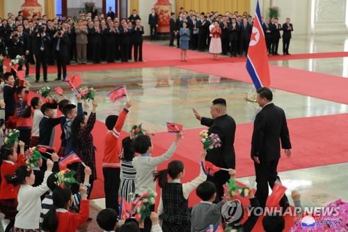 '순망치한' 북중 수교 70주년…시진핑·김정은 밀월 과시(종합)