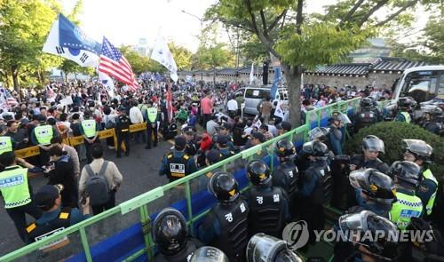 """개천절 '청와대 앞 폭력시위' 1명 구속…""""혐의 소명"""""""