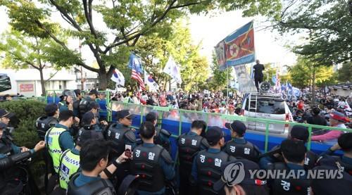 경찰, 개천절 '청와대 앞 폭력 시위' 2명 검찰 송치