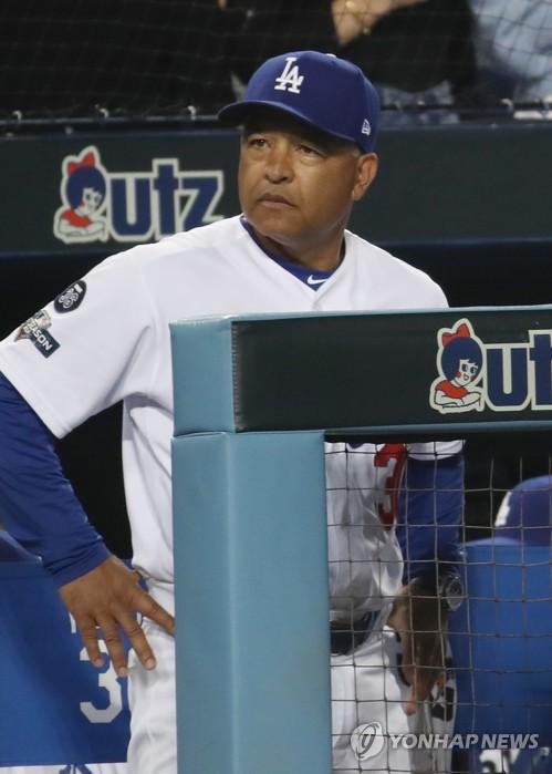 """다저스 로버츠 감독 """"패배에 책임감 느껴…커쇼는 극복할 것"""""""