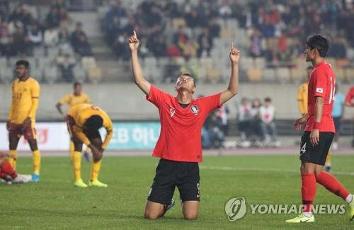 발로 2골 머리로 2골…해트트릭 김신욱 '밀집수비 파괴자!'(종합)