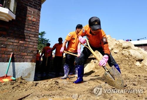 [카메라뉴스] 태풍 피해 복구에 팔 걷어붙인 소방대원들
