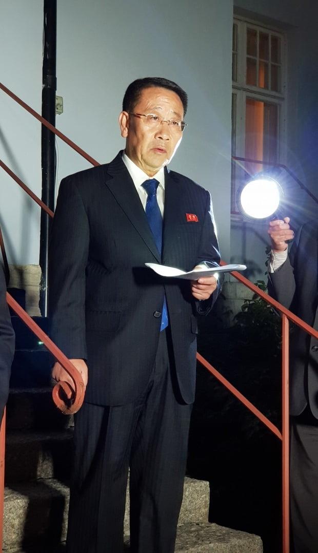 스웨덴 북한대사관 앞에서 성명 읽는 김명길. 사진=연합뉴스