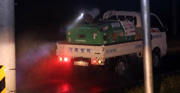 6일 밤 충남 보령시 천북면 한 도로에서 아프리카돼지열병(ASF) 확산을 막기 위한 방역 작업이 진행되고 있다. 충남은 전국 최대 양돈 단지다. 연합뉴스