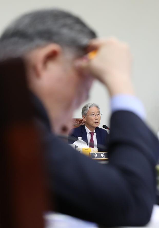 패스트트랙 수사 관련 질의하는 여상규 법사위원장 /사진=연합뉴스