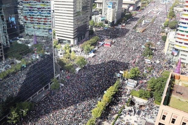 9일 오후 서울 광화문광장과 세종대로 일대에서 범보수단체 주최로 열린 '조국 법무부 장관 사퇴 촉구 집회'에 시민들이 참여하고 있다.  (사진=연합뉴스)