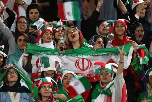 이란 여성 축구팬/사진=EPA