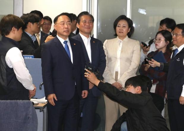 """홍남기 """"주52시간 보완책 10월 발표…부처 간 협의 진행"""""""
