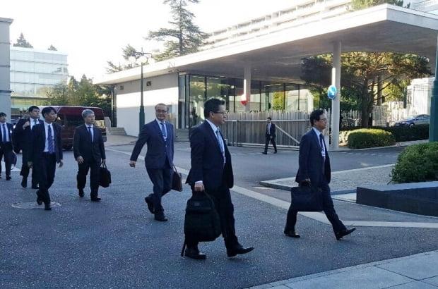 일본의 수출규제를 두고 11일(현지시간) 스위스 제네바 WTO 본부에서 열리는 한국과 일본의 양자협의를 위해 한국 대표단이 회의장으로 향하고 있다.