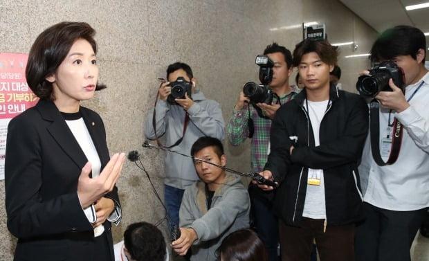 자유한국당 나경원 원내대표가 조국 법무부 장관 사퇴와 관련해 보도진의 질문을 받고 있다. 사진=연합뉴스