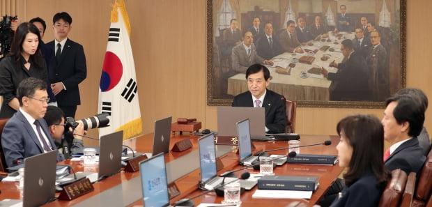 이주열 한국은행 총재가 16일 오전 서울 중구 한국은행에서 금융통화위원회의를 주재하고 있다.