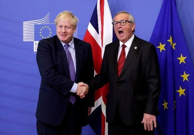 < 英 - EU, 브렉시트 합의 > 보리스 존슨 영국 총리(왼쪽)와 장클로드 융커 유럽연합(EU) 집행위원장이 17일(현지시간) 벨기에 브뤼셀에서 브렉시트 관련 기자회견을 마친 뒤 악수하고 있다. 영국과 EU는 이날 시작되는 EU 정상회의를 4시간 앞두고 극적으로 새 브렉시트 합의에 도달했다. /EPA연합뉴스