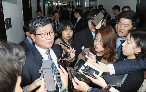 전해철 의원이 18일 오전 국회에서 열리는 정무위원회 국정감사 시작 전 취재진의 질문을 받고 있다. 사진=연합뉴스