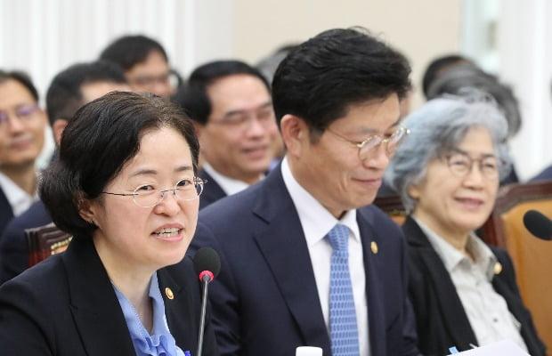 조성욱 공정거래위원장(왼쪽)이 18일 국회 정무위 국감에서 질의에 답변하고 있다. / 사진=연합뉴스