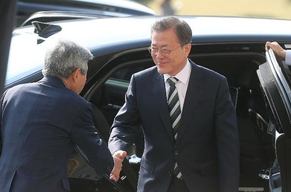 문재인 대통령이 22일 오전 내년도 예산안에 대한 시정연설을 하기 위해 국회에 도착, 유인태 국회 사무총장의 영접을 받고 있다. 사진=연합뉴스