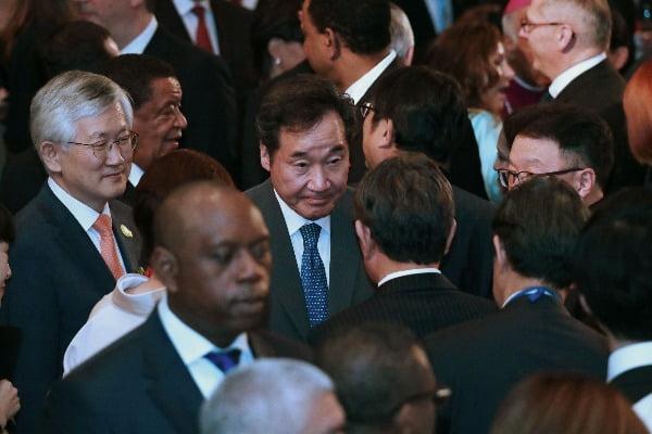 이낙연 국무총리가 23일 오후 일본 도쿄 뉴오타니 호텔에서 아베 신조 총리 내외가 주최하는 만찬에 참석한 모습. 연합뉴스