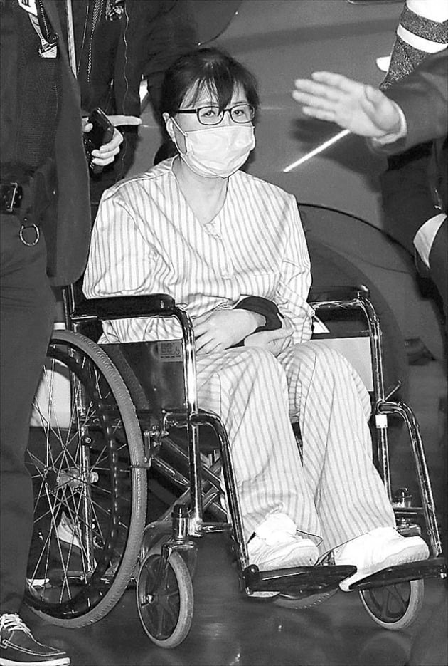 휠체어를 탄 최순실씨. (사진=연합뉴스)