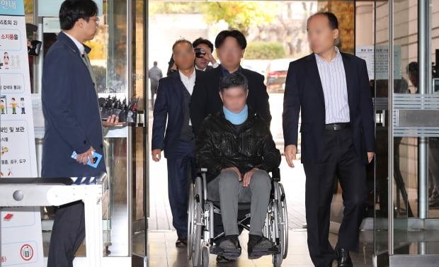 구속 갈림길 선 조국 동생···휠체어 타고 영장심사 출석