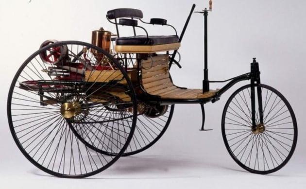 베르타 벤츠는 1888년 8월 두 아들과 함께 '페이턴트 모터바겐 타입3(Benz Patent-motorwagen Type 3)'를 타고 만하임에서 친정이 있는 포르츠하임까지 180km 왕복 주행에 성공하며 대중들에게 이동 수단으로서의 실용성을 증명했다. 사진 벤츠 페이턴트 모터바겐. [사진=유튜브 캡처]