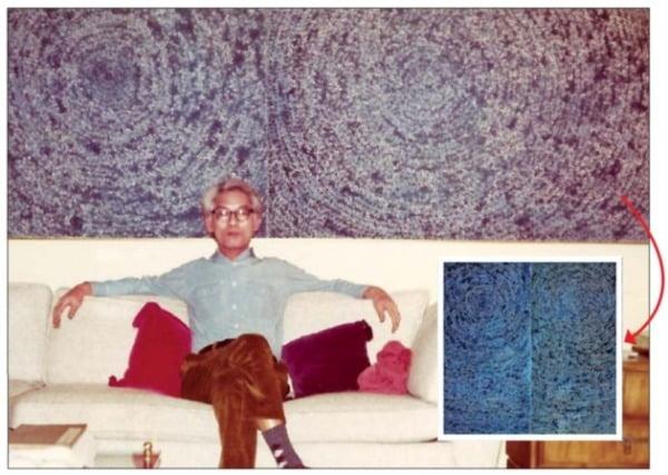1972년 김환기 화백이 뉴욕에 사는 김마태 씨 집에 걸린 '우주' 앞에 앉아 있는 모습. /환기재단·환기미술관 제공