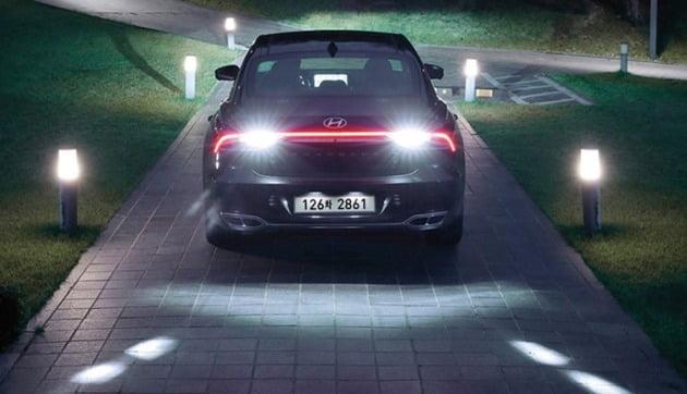 '후진 가이드 램프'는 차량 후진 시 LED 가이드 조명을 후방 노면에 비춰 보행자와 주변 차량에게 차량의 후진 의도를 전달해 사고를 예방한다. [사진=현대자동차]