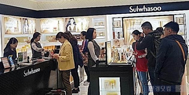 4일 서울 롯데면세점 명동본점에서 중국인 고객들이 화장품을 구입하고 있다. 사진=오정민 한경닷컴 기자
