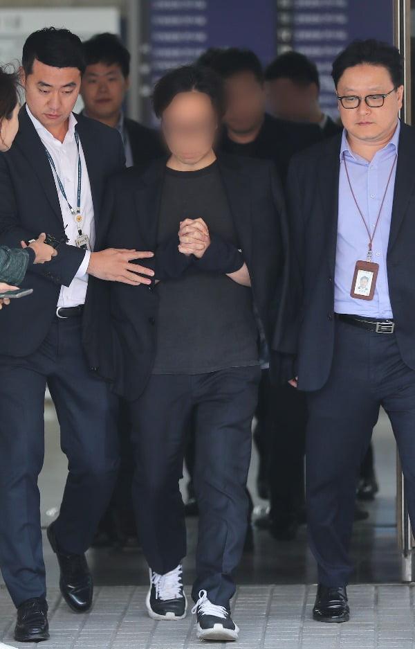 안준영 PD와 '프로듀스X 101' 관계자들이 생방송 투표 조작 혐의로 구속 전 피의자 심문을 받은 뒤 5일 오후 서울 서초구 서울중앙지방법원을 나서고 있다. /사진=연합뉴스