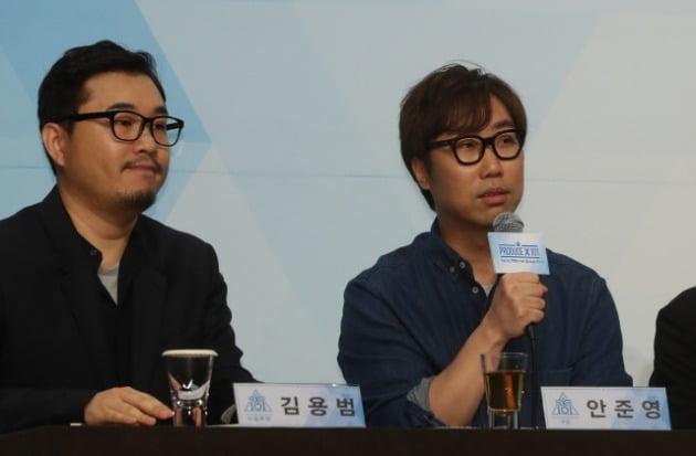안준영(오른쪽) PD가 지난 4월 Mnet '프로듀스X101' 제작발표회에서 인사말을 하고 있다. /연합뉴스