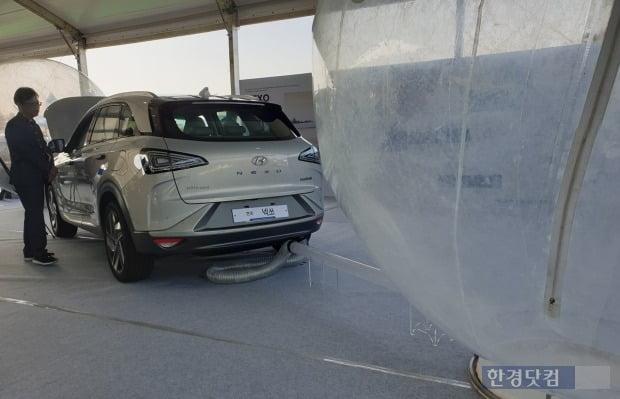 넥쏘에서 배출된 깨끗한 공기가 비닐 공에 담겨있다. 사진=오세성 한경닷컴 기자