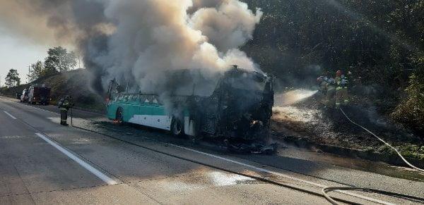 9일 오전 경남 양산시 경부고속도로 부산 방향 양산휴게소 인근을 달리던 고속버스에 화재가 발생해 소방대원들이 진화에 나섰다. /사진=연합뉴스