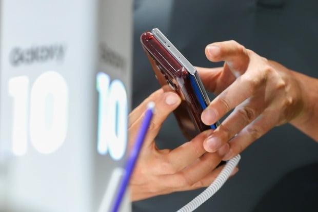 10일 한국은행과 통계청 등에 따르면 지난달 휴대전화기 물가지수는 105.09를 기록해 최고치를 기록했다. / 사진=연합뉴스