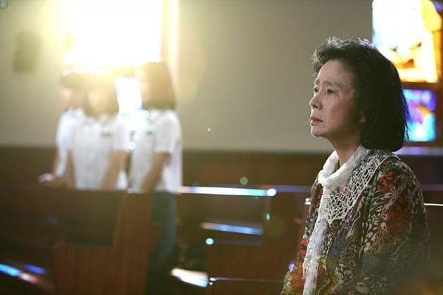 배우 윤정희가 알츠하이머에 걸려 가족의 얼굴도 제대로 못 알아보는 것으로 알려졌다. / 사진=영화 '시' 스틸컷