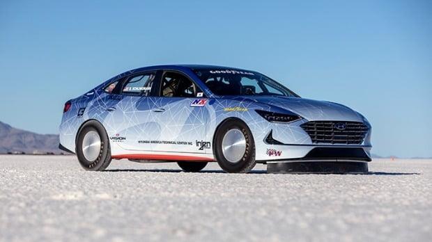미국 유타주 본네빌 소금사막에서 국제자동차연맹(FIA)이 쏘나타 하이브리드의 최고속도 측정에 나섰다. 사진=현대자동차