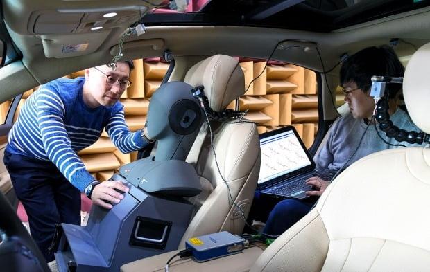 현대차 연구원들이 제네시스 G80차량으로 RANC기술을 실험하고 있다. 사진=현대차그룹