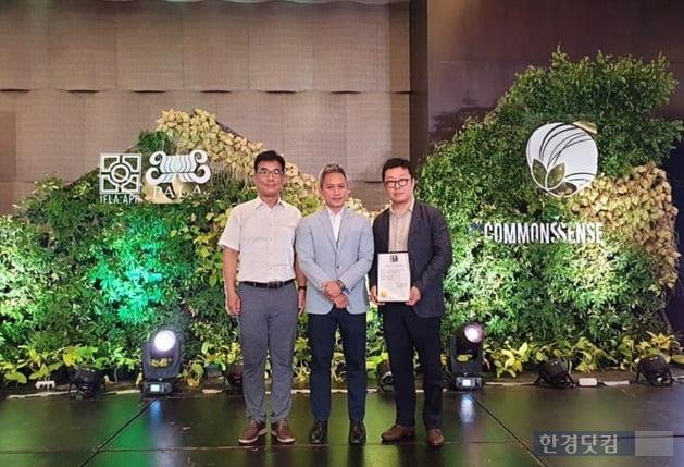 지난 8일(현지시각) 필리핀 세부 워터프론트 호텔(Waterfront Hotel)에서 개최된 IFLA Award 2019 시상식에서 GS건설 건축∙주택디자인팀 황광일 차장, IFLA-APR 학회장 도미안 탕(Domian Tang), GS건설 건축∙주택디자인팀 박도환 차장(왼쪽부터)이 기념사진을 촬영하고 있다.