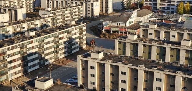 재건축을 진행 중인 서울 강남의 한 아파트 단지. 한경DB