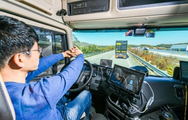현대차가 자율주행 기술을 활용한 대형트럭 군집주행에 성공했다. 후행 차량은 선두 차량 움직임을 그대로 모방하기에 운전자가 조작하지 않아도 된다. 사진=현대자동차