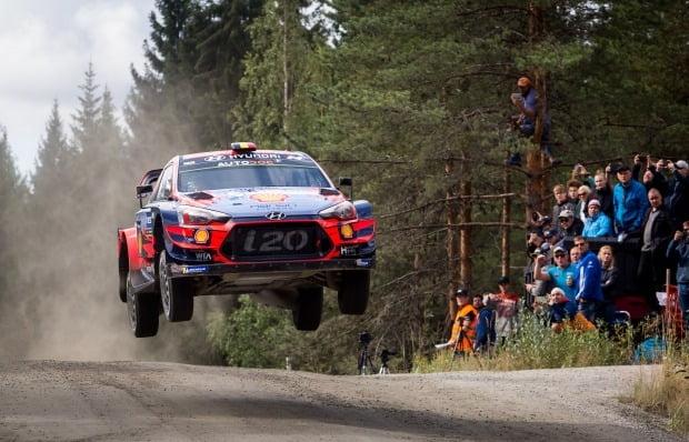 현대차 i20 쿠페 WRC 랠리카가 경기장에서 질주하고 있다. 사진=현대자동차