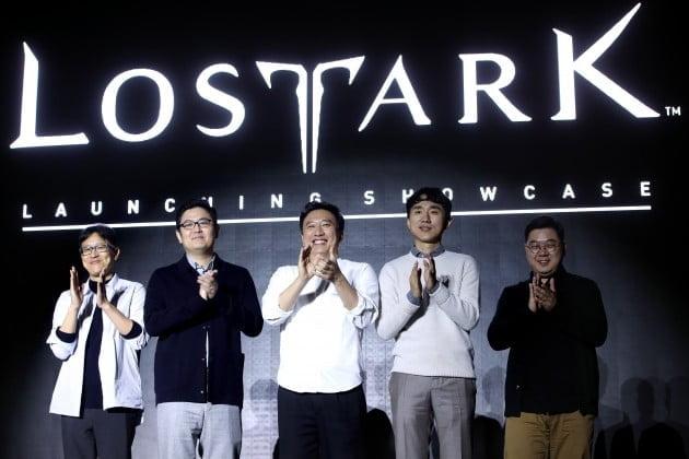 스마일게이트 PRG의 PC 온라인 MMORPG(다중접속역할수행게임) '로스트 아크' 론칭 쇼케이스에서 참석자들이 박수치고 있다. /사진=연합뉴스