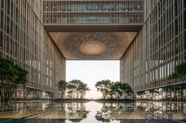 현대건설이 시공한 아모레퍼시픽 신사옥과 가든즈 전경.