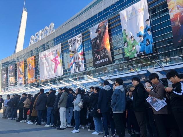 14일 부산 벡스코에서 열린 국제게임전시회 '지스타 2019' 에 입장하기 위해 관람객들이 줄을 서고 있다./ 사진=노정동 한경닷컴 기자