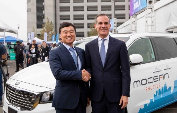 현대차 윤경림 오픈이노베이션 전략사업부장(부사장)과 에릭 가세티 LA 시장이 악수하고 있다. 사진=현대차그룹