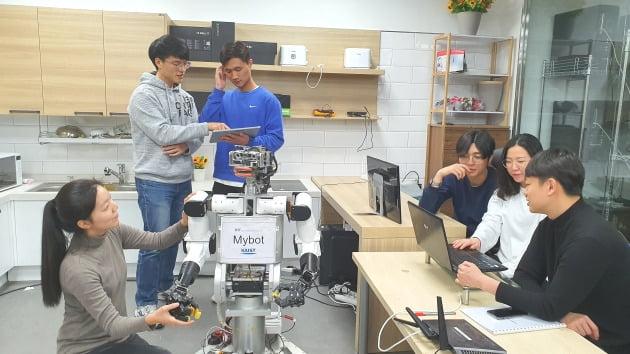 KAIST 로봇지능기술연구소(소장 김종환 전기전자공학부 교수) 소속 대학원생들이 자체 개발한 로봇 '마이봇'을 테스트하고 있다.  /로봇지능기술연구소 제공