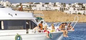 요트를 타고 홍해에서 한가로운 시간을 보내는 관광객들