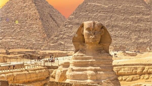 이집트를 상징하는 유물 스핑크스와 피라미드. 직접 보면 그 거대한 크기와 위용에 압도당한다