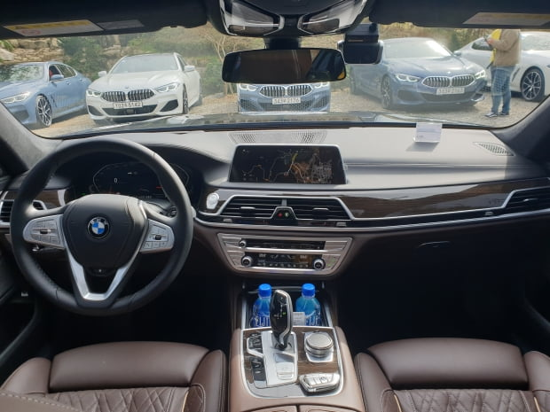 실내 디자인은 BMW의 플래그십 세단인 만큼 공간이 상당히 넓었다. 시야가 확 트여 세단의 단점인 답답한 시야감을 극복한 게 새로웠다. [사진=강경주 한경닷컴 기자]