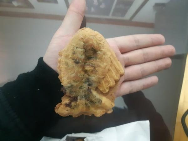 붕어빵이 성인 남성의 손바닥의 절반 정도 크기다/사진=배성수 기자