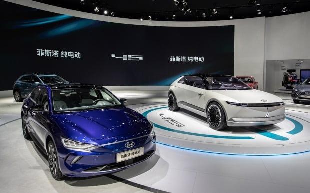 현대차가 2019 광저우 모터쇼에서 라페스타 전기차(왼쪽)와 콘셉트카 45를 공개했다. 사진=현대자동차