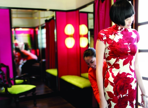 화양연화속 매력적인 주인공같은 치파오를 입은 여성과 카페